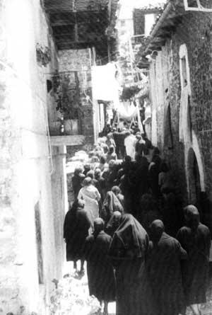 A la derecha, la fachada antigua de casa Artutx al paso de la procesión del Corpus