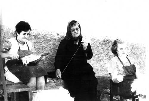 Mujeres de Vidángoz hilando