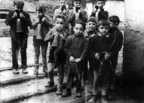 """Niños de Vidángoz tocando los """"trucos"""" preparando la llegada de los reyes magos."""