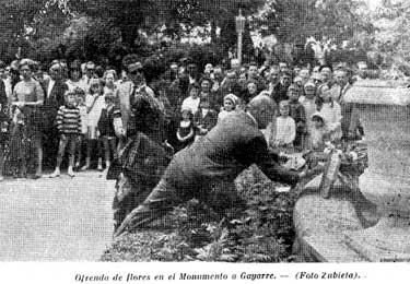 Durante la inauguración se hizo una ofrenda floral en el monumento al tenor roncalés Julián Gayarre