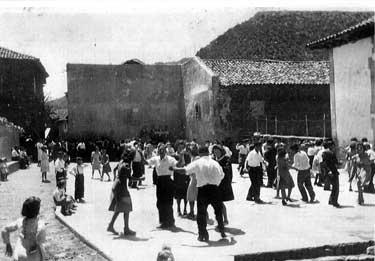 Animado baile en la plaza, en torno a la fecha que tratamos en esta entrada.