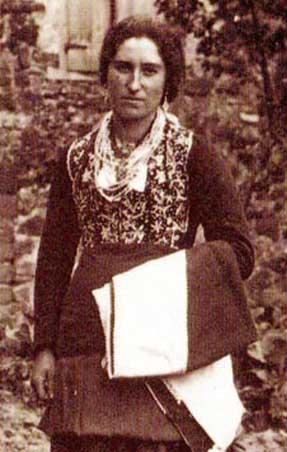 Irene Pérez Goyeneche, de joven, ataviada con el traje típico roncalés.