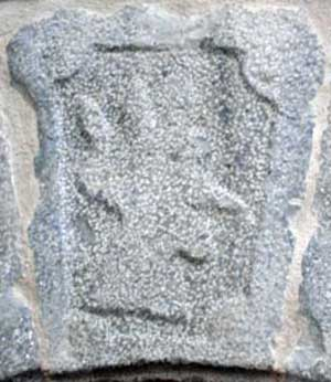 La cabeza del rey moro, en la piedra principal del arco de casa Montxonena.