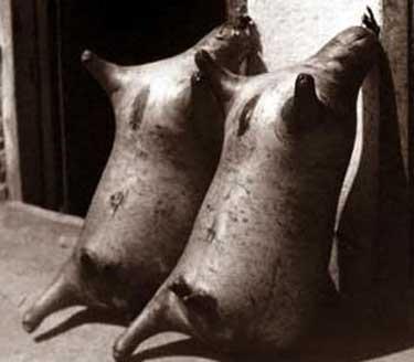 Carga de vino, transportada en aquel entonces en pellejos.