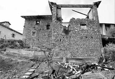 Casa Xoko tras el incendio (Diario de Navarra, 16/06/2005)