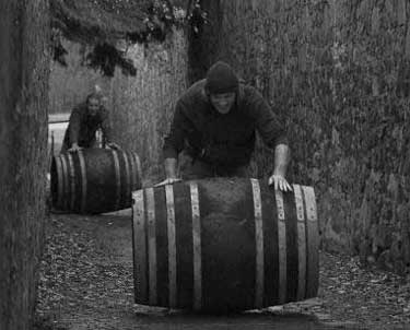 Así rodarían los barriles de vino por la calle Ecuador hace algunas décadas