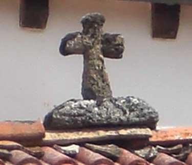 Cruz de piedra que corona el tejado de casa Pantxo, antiguo remedio contra las brujas