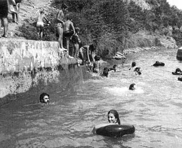 La chavalería de las colonias bañándose en la balsa a finales de la década de 1970.