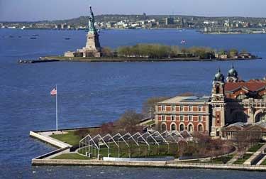 La isla de Ellis, con la estatua de la libertad en segundo plano, era el punto de entrada a los E.E.U.U.