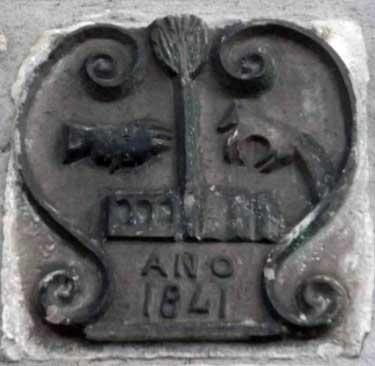 Escudo del valle de Roncal en la fachada de casa Ferniando de Vidángoz.