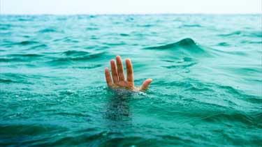 Una persona ahogándose.